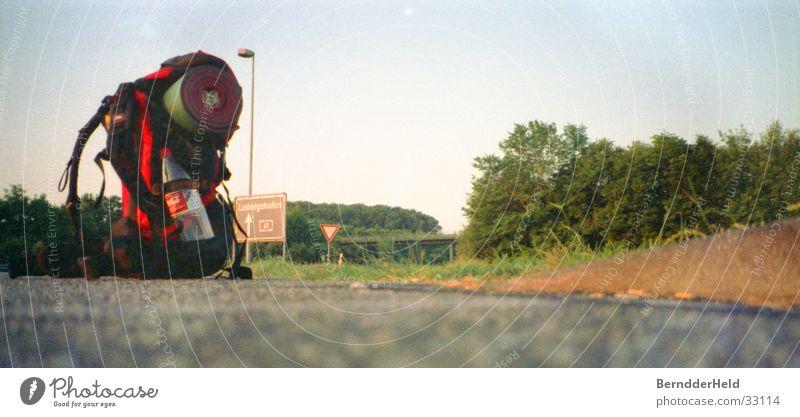 tramper Ferien & Urlaub & Reisen wandern Verkehr leer Asphalt Autobahn Camping Rucksack trampen