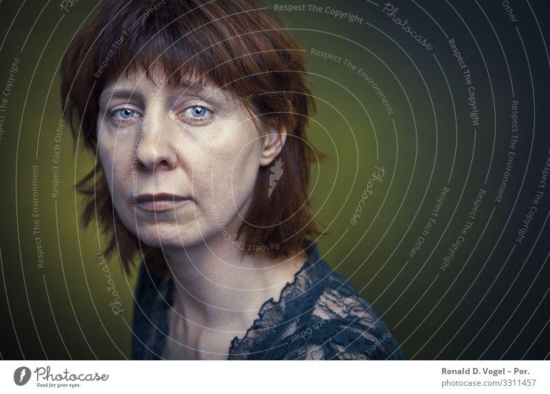 Enttäuschte Frau mit traurigem Blick Mensch feminin Erwachsene Mutter 1 30-45 Jahre 45-60 Jahre grün Gefühle Stimmung Treue trösten ruhig Sorge Trauer Tod