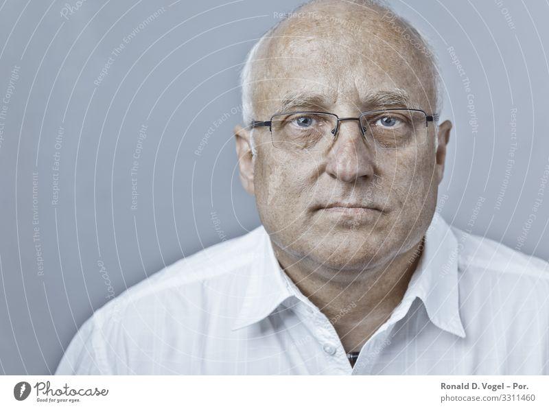 Arzt oder Manager in weißem Hemd mit Brille Mensch maskulin Mann Erwachsene Vater Senior 1 45-60 Jahre Glatze Zufriedenheit selbstbewußt Optimismus Erfolg Kraft