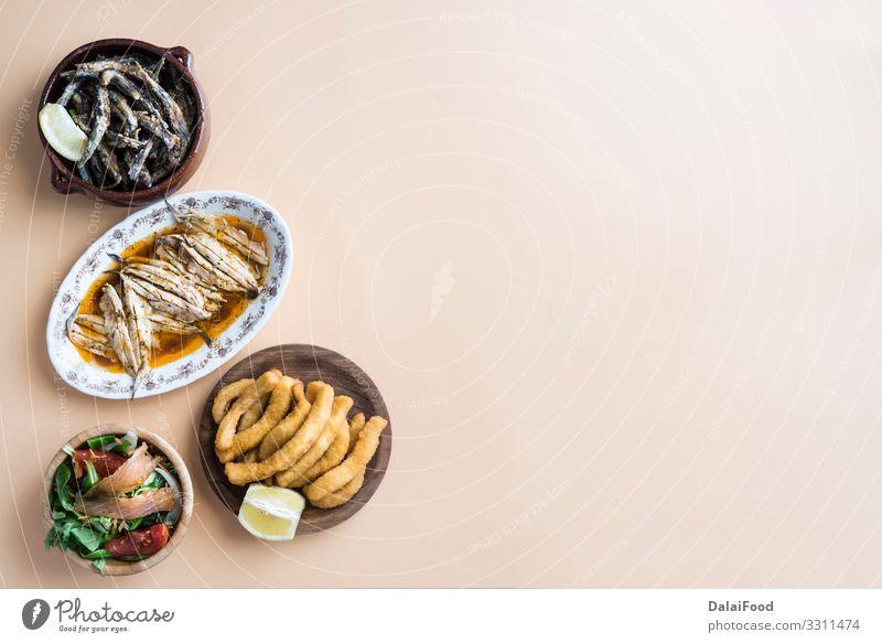 Gemischter Fisch (Tintenfisch, Sardinen, gebraten, Salat mit Lachs) Meeresfrüchte Mittagessen Abendessen Teller Restaurant frisch lecker weiß Tradition Anchovis