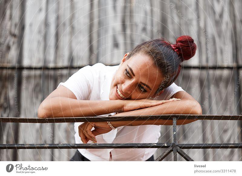 Hübsche junge Kubanerin, die sich auf ein Geländer stützt Lifestyle Glück Leben Insel Mensch Junge Frau Jugendliche Erwachsene Fassade Balkon Straße genießen