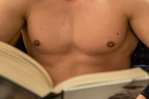 Lesezeit II lesen Fitness Sport-Training maskulin Junger Mann Jugendliche Erwachsene Brust 1 Mensch 18-30 Jahre Erholung Erotik schön Konzentration Kraft