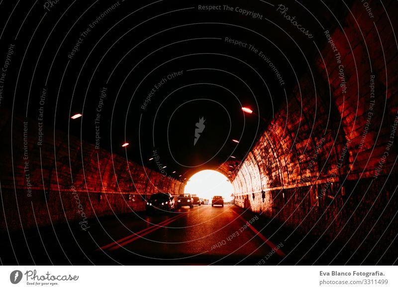 Blick aus einem Auto in einem Tunnel bei Sonnenuntergang. reisekonzept PKW fahren Ferien & Urlaub & Reisen im Innenbereich unkenntlich goldene Stunde Fahrer