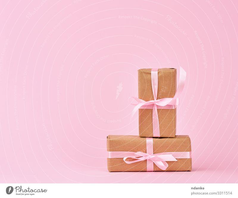 Geschenke in Schachteln, die in braunes Kraftpapier eingewickelt sind kaufen Design Feste & Feiern Geburtstag Container Papier Verpackung Paket Schnur klein