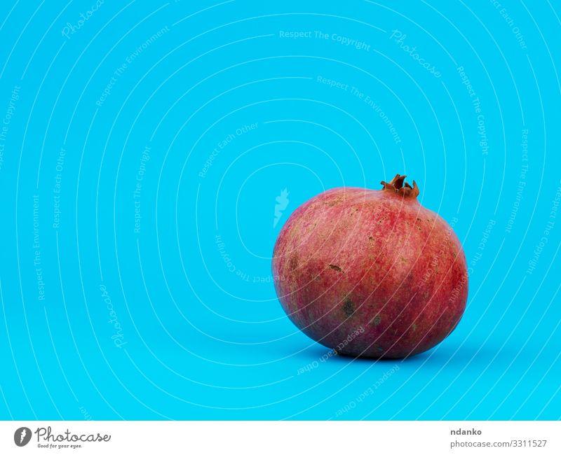 reifer roter Granatapfel in der Schale Frucht Dessert Essen Vegetarische Ernährung Diät Saft Natur Pflanze frisch hell natürlich saftig blau rosa Farbe