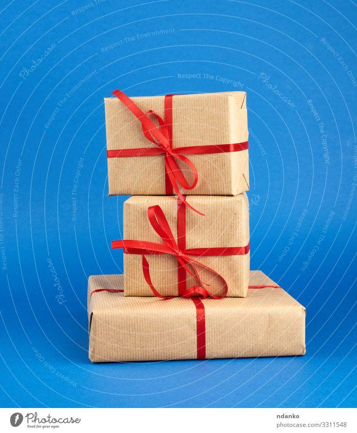 Stapel von in braunes Papier eingewickelten Schachteln Design Dekoration & Verzierung Feste & Feiern Valentinstag Weihnachten & Advent Hochzeit Geburtstag
