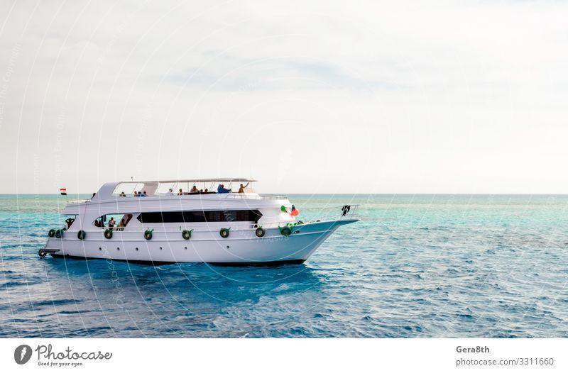 weißes Kreuzfahrt-Touristenboot auf dem Roten Meer in Ägypten Ferien & Urlaub & Reisen Tourismus Strand Entertainment tauchen Natur Landschaft Himmel Wolken