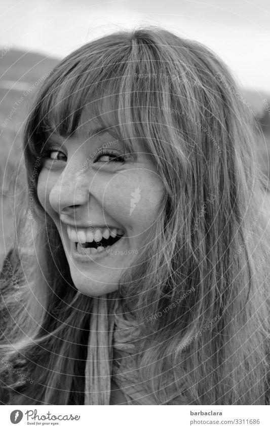 Schalk im Nacken Fröhlichkeit schalk Quatsch ulkig Frau Pony lachen lachend Zähne schwarz weiß Glück Freude Junge Frau Porträt Mensch Gesicht Lebensfreude