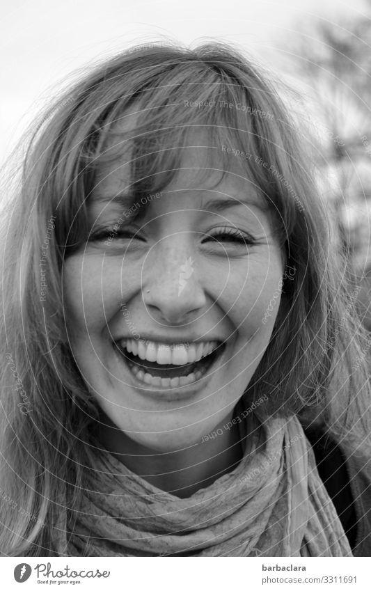Glücklichsein Fröhlichkeit heiter lachen Frau Frauengesicht Zähne Freude schwarz auf weiß Schwarzweißfoto Porträt Mensch Lebensfreude positiv Außenaufnahme