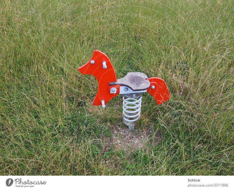 kinderfreundlich Freizeit & Hobby Spielen Spielplatz Schaukelpferd modern Wiese Spielzeug blau grün rot Gras menschenleer Kinder Kinderspielplatz