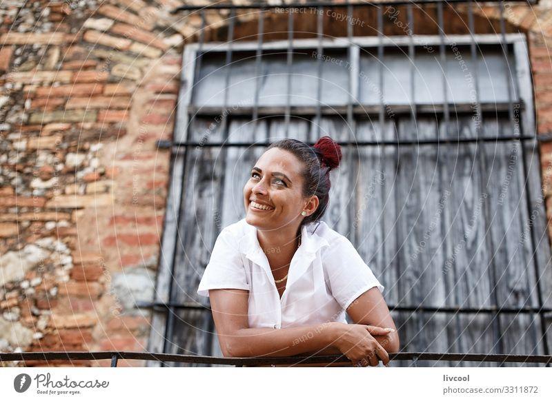 Hübsche junge Kubanerin, die sich auf ein Geländer stützt II Lifestyle Glück Leben Insel Mensch feminin Junge Frau Jugendliche Erwachsene Kopf Haare & Frisuren