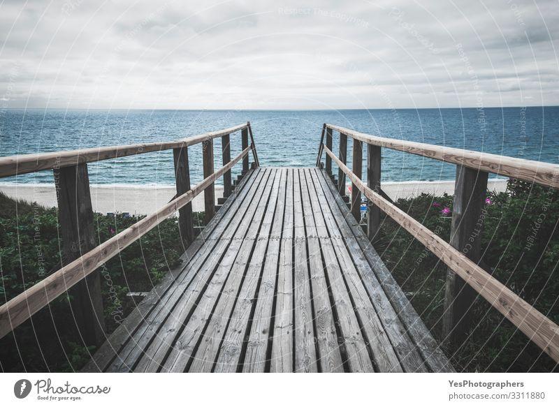 Holzweg zum Meer auf Sylt an einem Regentag Sommer Sand Nordsee Brücke trist Stimmung Perspektive Friesische Insel Deutscher Strand Deutschland Strandtag