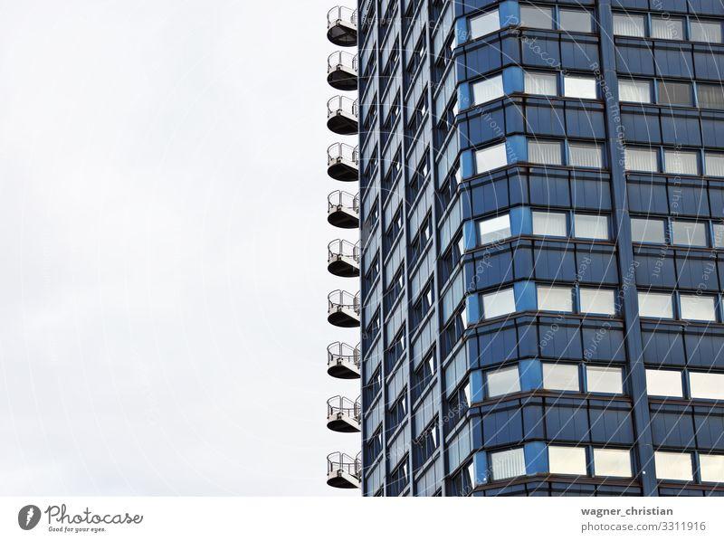 Exit Arbeitsplatz Büro hässlich Stadt Vertrauen Sicherheit Schutz Notausgang Gebäude Außentreppe Treppe Fenster Bürogebäude industriell funktionell Farbfoto