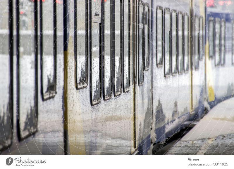 Einsteigen bitte! Schienenverkehr Bahnfahren Eisenbahn Personenzug S-Bahn U-Bahn Schienenfahrzeug Bahnhof Bahnsteig Bewegung hell Geschwindigkeit weiß