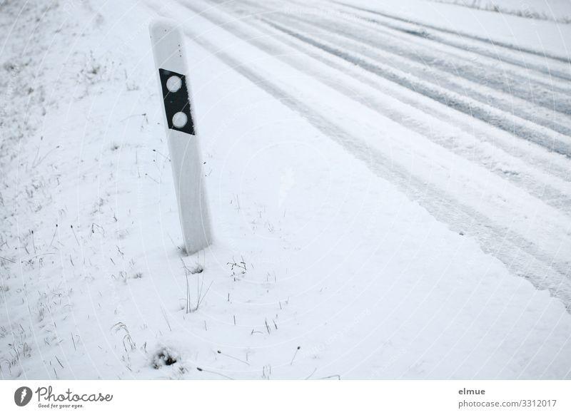 Rutschgefahr Autofahren Straße kalt weiß Sicherheit achtsam anstrengen Stress Bewegung bedrohlich Hilfsbereitschaft Mobilität Versicherung Leitpfosten