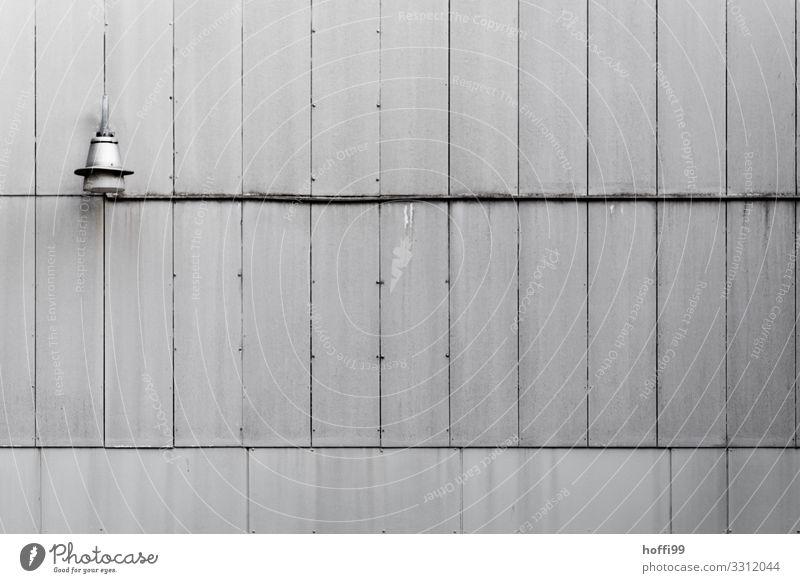 einsame Lampe an schmuckloser grauer Fassade Hochhaus Gebäude Mauer Wand Kabel Fuge alt Armut ästhetisch einfach hässlich kaputt retro Stadt Traurigkeit