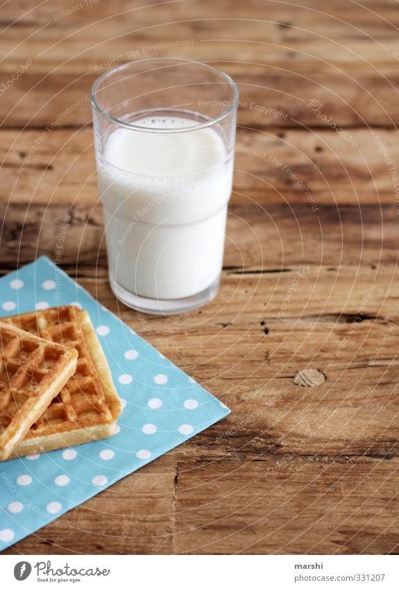 Nachmittagssnack Essen Lebensmittel Glas frisch Getränk Ernährung lecker Milch Dessert Erfrischungsgetränk Holztisch gepunktet Snack Waffel