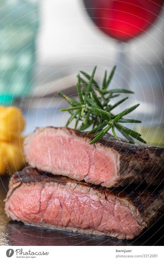gegrilltes Steak Fleisch Abendessen Tisch Restaurant Medien Wasser Grill Holz frisch lecker saftig rosa rot Rindfleisch Rindersteak Essen Eis Glas Rotwein
