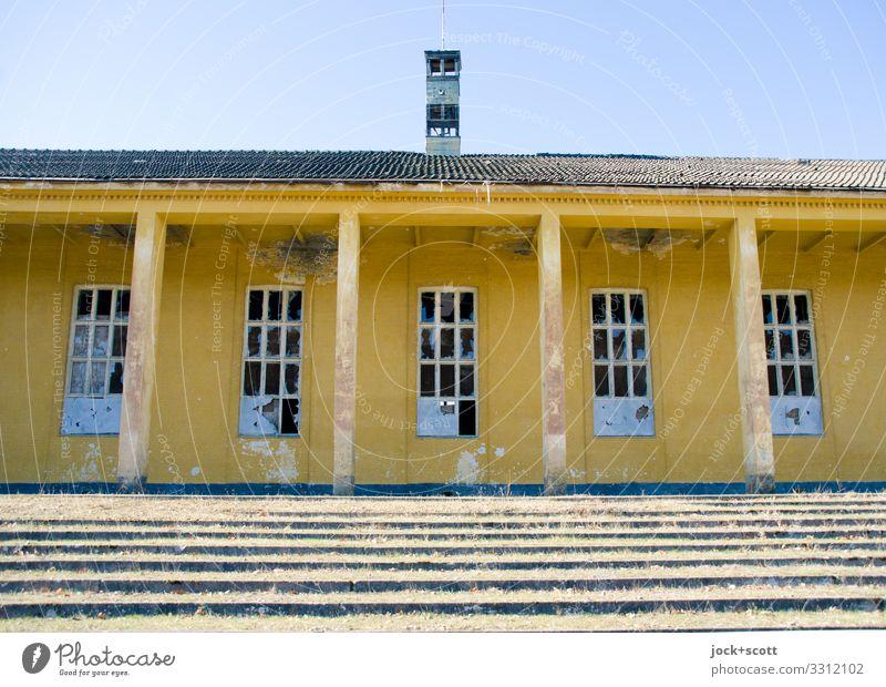 in aller Stille verloren Architektur Brandenburg Militärgebäude Sportstätten Treppe Fenster Säule Vordach authentisch historisch gelb Verschwiegenheit