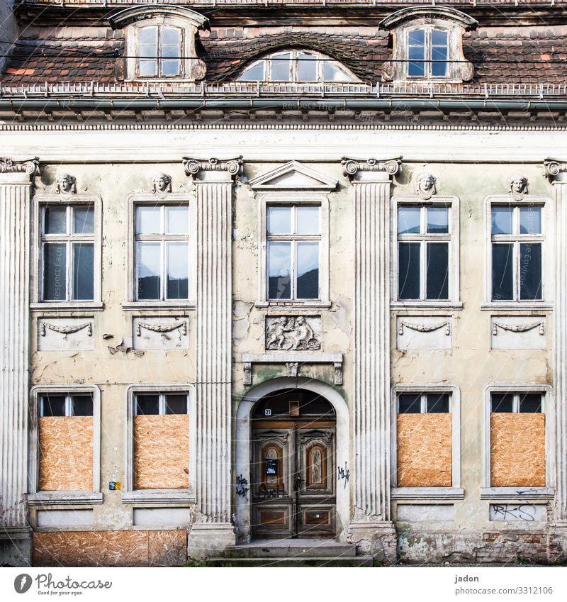 ein haus mit vielen gesichtern. alt Stadt Haus Fenster Architektur Lifestyle Gebäude Fassade Wohnung Tür elegant Vergänglichkeit kaputt Stadtzentrum Ornament