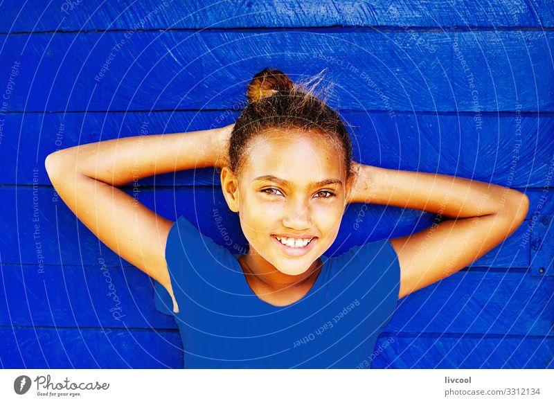 nettes Mädchen, das sich an eine blaue Pantone-Wand lehnt Lifestyle Stil Glück schön Leben Spielen Ferien & Urlaub & Reisen Ausflug Insel Kind Mensch feminin
