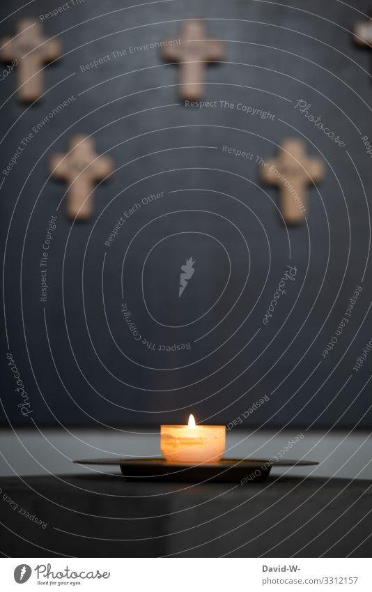 eine brennende Kerze mit Kreuzen im Hintergrund beten betend Kirche Glaube & Religion Hoffnung Trauer glauben trauern Gebet Kirchentag Religion & Glaube Gott