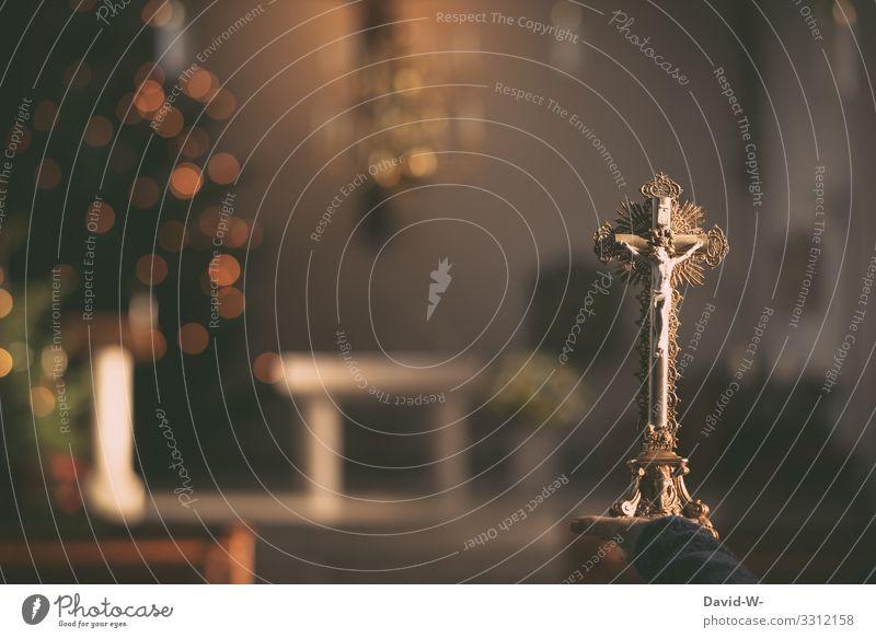 Jesus Christus am Kreuz in einer Kirche beten betend Glaube & Religion Hoffnung Trauer glauben trauern betende hände Gebet Kirchenbank Kirchentag Hände