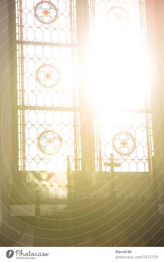 Sonne scheint durch Kirchenfenster Glaube Gott und Kirche Kreuz Sonnenschein Sonnenlicht beten Jesus Christus erinnern Trauer Hoffnung Corona Coronavirus trauer