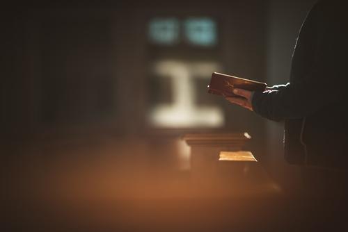 2600 - im Gebet - Frau mit Gottelob in der Hand steht in einer Kirchenbank Gotteslob Glaube Glaube & Religion beten Starke Tiefenschärfe glauben betend Buch