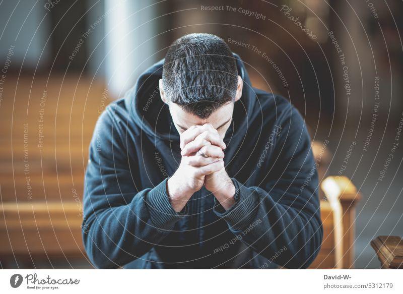 Mann hockt betend in der Kirchenbank Glaube & Religion Hoffnung Trauer glauben trauern betende hände Gebet Kirchentag Hände gefaltet gefaltete hände