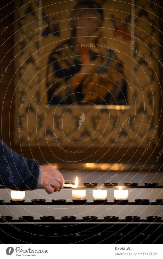beten - Kerzen in der Kirche anzünden betend Glaube & Religion Hoffnung Trauer glauben trauern Gebet Kirchenbank Kirchentag Hände Religion & Glaube Gott Licht