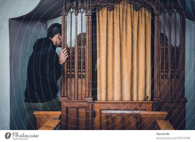 die Beichte in der Kirche ablegen Mann beten betend Glaube & Religion Hoffnung Trauer glauben trauern Gebet Kirchenbank Kirchentag Hände gefaltet