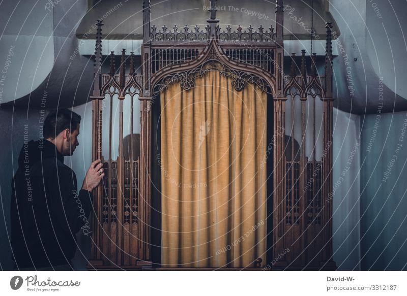 Mann auf dem Weg in den Beichtstuhl beten betend Kirche Glaube & Religion Hoffnung Trauer glauben trauern Gebet Kirchenbank Kirchentag Hände gefaltet