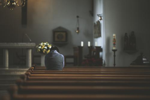 Frau kniet in Kirchenbank und betet Glaube Hoffnung anonym knieend Rückansicht knien kirchenbänke Religion & Glaube Innenaufnahme Religion u. Glaube ruhig