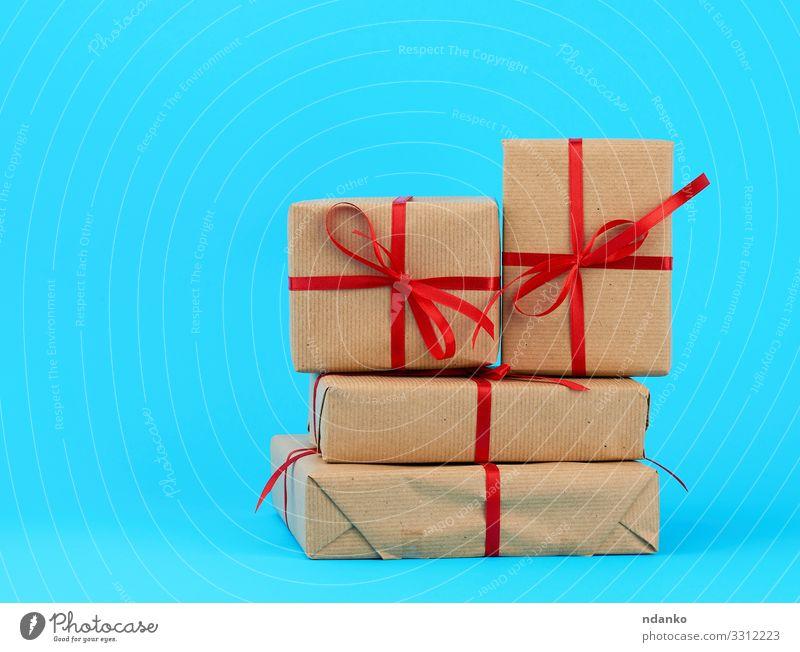 Stapel von in braunes Papier eingewickelten Schachteln kaufen Design Dekoration & Verzierung Tisch Feste & Feiern Valentinstag Muttertag Weihnachten & Advent