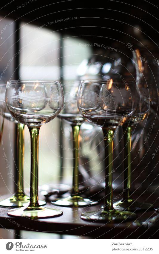 Wartende Weingläser Getränk trinken Glas Weinglas Stil stehen warten elegant grün geduldig ruhig Gelassenheit Vergänglichkeit flaschengrün Jugendstil Farbfoto