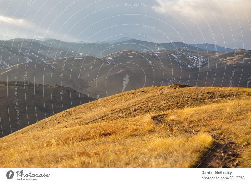 Bergblicke mit Rolling Hills Natur Landschaft Pflanze Erde Wolken Horizont Sonnenlicht Frühling Sommer Herbst Schönes Wetter Gras Park Wiese Feld Hügel
