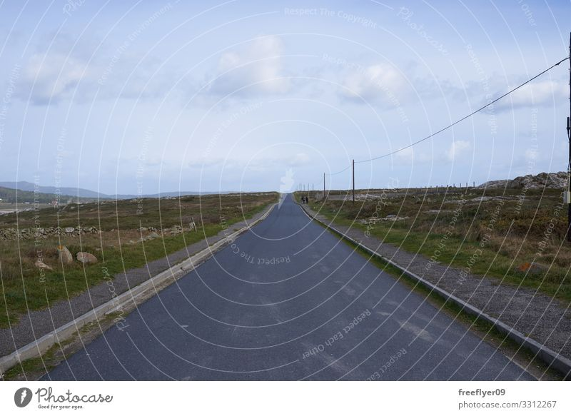 Leere gerade Straße in Galicien Ferien & Urlaub & Reisen Ausflug Natur Landschaft Himmel Wolken Verkehr Autobahn PKW Linie lang Geschwindigkeit blau