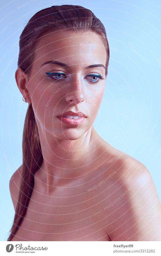 Schönes Porträt einer nackten jungen Frau vor einem hellblauen Hintergrund Glück schön Haut Gesicht Kosmetik Schminke Wimperntusche Behandlung Spa Mensch
