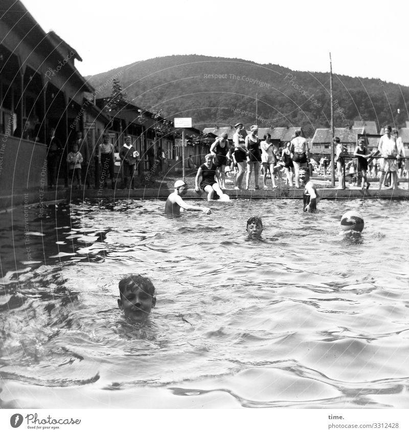 feucht & fröhlich freibad baden Badeanstalt wasser umkleidekabinen menschen spaß schwimmen erholen sport wassersport wasserbecken plantschen wellen badespaß