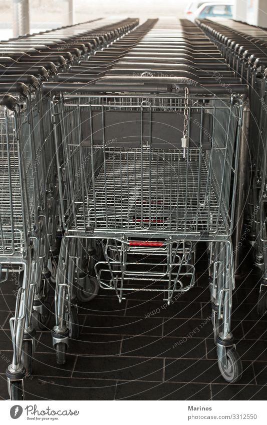 Einkaufswagen in einem Supermarkt. Lebensmittel kaufen Business Linie Karre Einzelhandel Lager Reihe Markt Hintergrund leer Handwagen Karren Verbraucher Gang