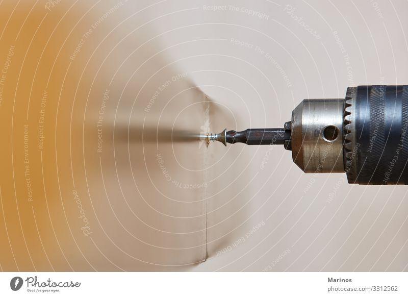 Arbeiter, der eine Schraube in einen Holztisch schraubt Möbel Arbeit & Erwerbstätigkeit Werkzeug Mann Erwachsene Hand Metall Gesellschaft (Soziologie) schrauben