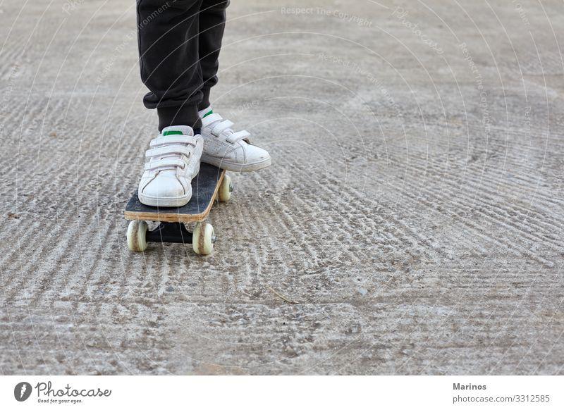 Kinderskateboardfahrer bei einer Skateboardfahrt. Lifestyle Freude Sport Mensch Junge Jugendliche Park Straße Jeanshose Skateboarding Schlittschuh