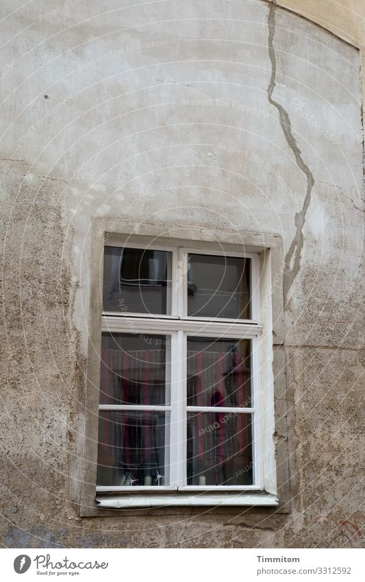 Auch hier ein Riss in der Wand alt Fenster Spiegelung Haus kaputt Putz Verfall