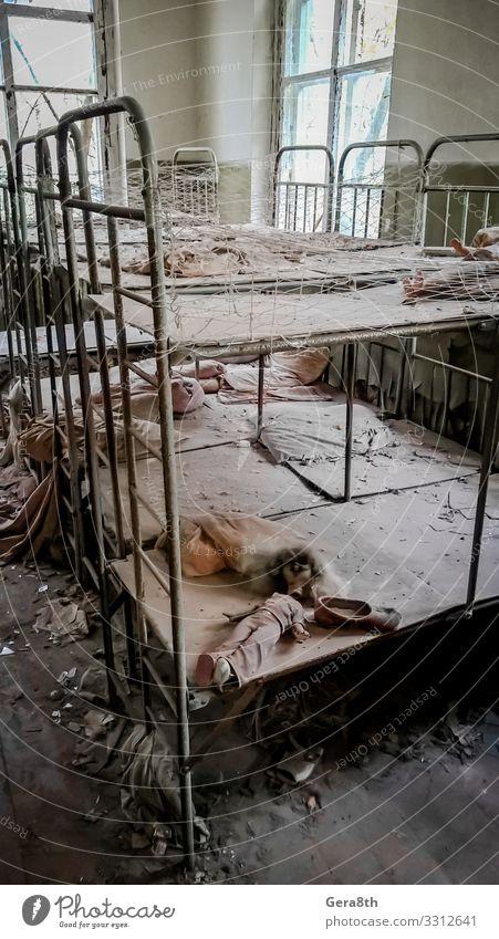 leere Betten in einem verlassenen Kindergartenhaus in Tschernobyl Gebäude alt gefährlich Verlassen verlassenes Haus verlassener Kindergarten Unfall Kinderbetten