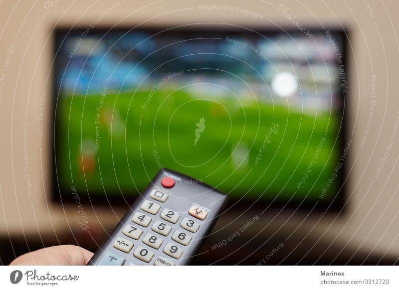 TV-Fernbedienung und ein offener Fernseher als Hintergrund. Entertainment Sport Computer Bildschirm Technik & Technologie Internet Mann Erwachsene Hand Medien