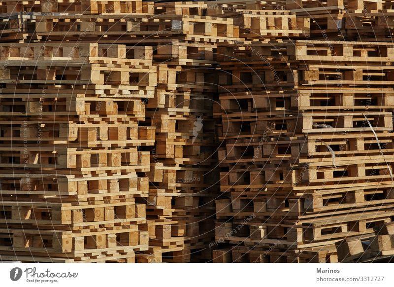 Palettenstapel im Freien. Arbeit & Erwerbstätigkeit Beruf Fabrik Industrie Verkehr Paket Holz Gesellschaft (Soziologie) industriell Lagerhalle Hintergrund
