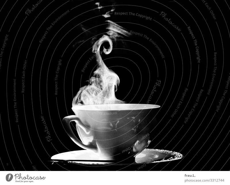 Kaffee Getränk Heißgetränk Teller Tasse Löffel Wohnung schön Zufriedenheit Wasserdampf Schwarzweißfoto Innenaufnahme Textfreiraum links Textfreiraum rechts