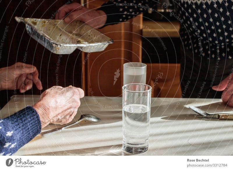 Mittagstisch Lebensmittel Suppe Eintopf Ernährung Essen Mittagessen Getränk trinken Trinkwasser Schalen & Schüsseln Aluminiumbehälter Häusliches Leben Wohnung
