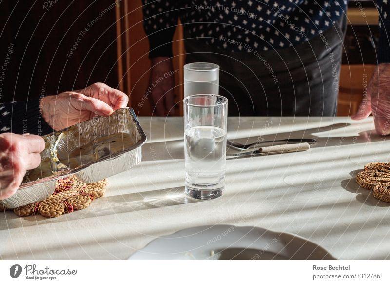 Mittagstisch Frau Mensch Mann weiß Hand Essen Senior feminin Zusammensein braun grau Häusliches Leben Wohnung Ernährung maskulin 60 und älter